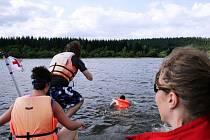 """Takto vypadá akce """"na ostro"""". Narozdíl od krytého bazénu musí plavec počítat s tím, že voda i vzduch mohou být chladnější a že sil ubývá daleko rychleji."""