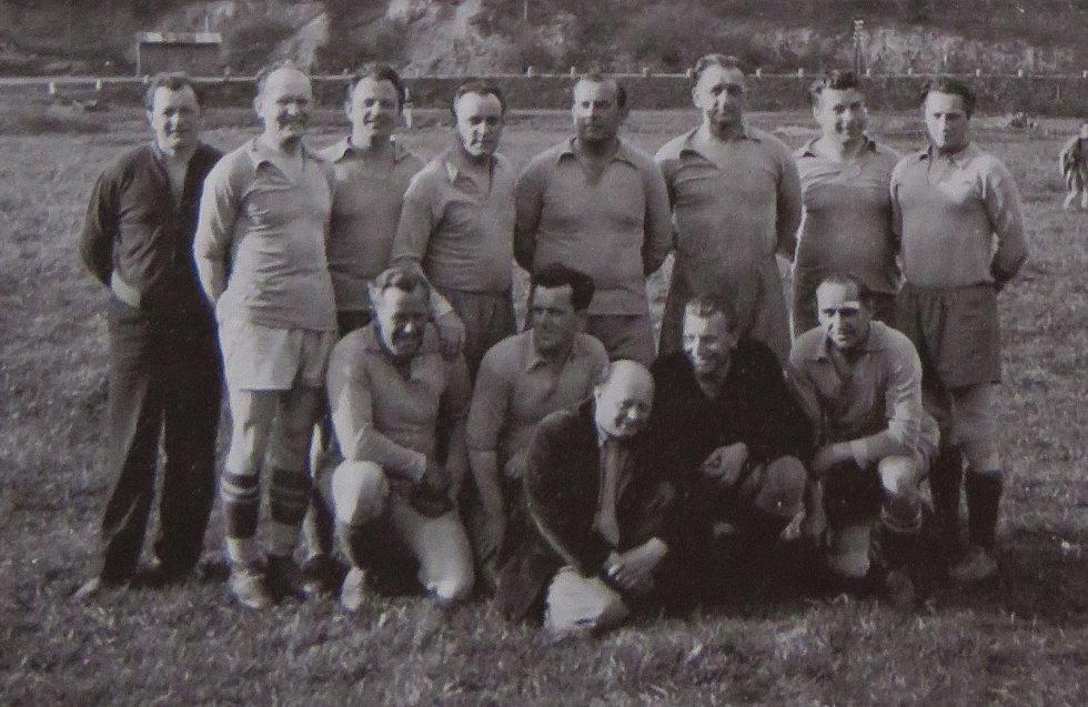 Fotbal v Kaplici píše stoletou historii. Tým z let 1946-56 na jednom z pozdějších setkání.