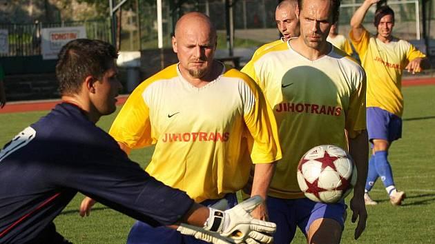 Až v desátém kole obrana Křemže v čele s brankářem Linhou a stoperskou dvojicí Filip a Procházka (zleva) udržela první čisté konto, přičemž posledně jmenovaný dal i vítězný gól.