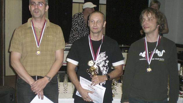 Jednu ze dvou bronzových medailí v kategorii mladších veteránů nad 40 let vybojoval křemežský Michal Koudelka v prestižní dvouhře. Na snímku medailista z Podkletí spolu s vítězným Pavlem Halschem a stříbrným Filipem Týcem (zleva).