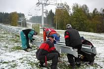 Přípravy na zimní sezonu vrcholí. Na Lipně o víkendu montovali kobercový pás pro přesun dětských lyžařů ve Foxparku.