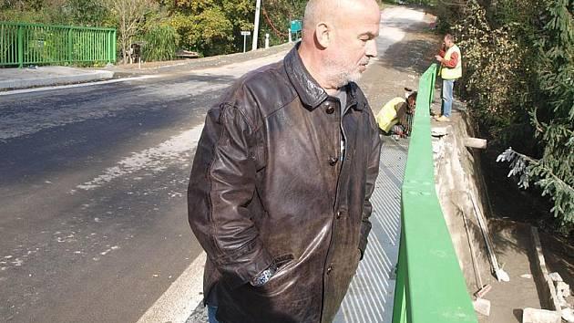 Na nově zrekonstruovaný most ve velešínské Budějovické ulici mohou auta, cyklisté i pěší oficiálně od úterý. Jak se dílo podařilo, si přišel prohlédnout i Jan Michálek z Velešína (vpředu).