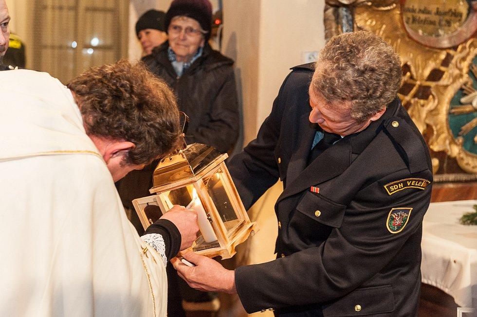 Letos poprvé ve Velešíně se konalo předání betlémského světla. Dobrovolným hasičům z Velešína ho hornorakouští hasiči předali ve velešínském kostele sv. Václava.