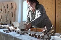 """""""Stěny a střecha jsou z perníku, poleva z cukru a bílku,"""" popisovala své výrobky Hana Straková."""