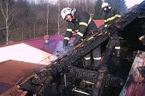 Hasiči zasahují při požáru v Přídolí.