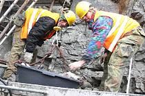Odborníci zachraňují další českokrumlovskou skálu. Menší a ne méně nebezpečnou.