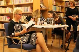 """Ve velešínské knihovně pokřtili mysteriózní thriller """"Prokletí Schwartzovy vily"""" Anny Beatrix Bártové."""