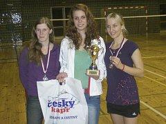 Stupně vítězů dvouhry žen při turnaji Vodňanský kapr - zleva křemežské duo stříbrná Martina Weberová a vítězná Michaela Koudelková, vpravo třetí Königbauerová z Plzně.
