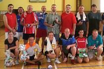 Na křemežských kurtech se každoročně při turnaji mixů setkávají nejen hráči pořádajícího Sokola, ale i zástupci spřátelených oddílů či zahraničních hostů (na snímku z loňského ročníku dole vlevo s poháry vítězové Jindřich Kukač a Eva Sklářová).