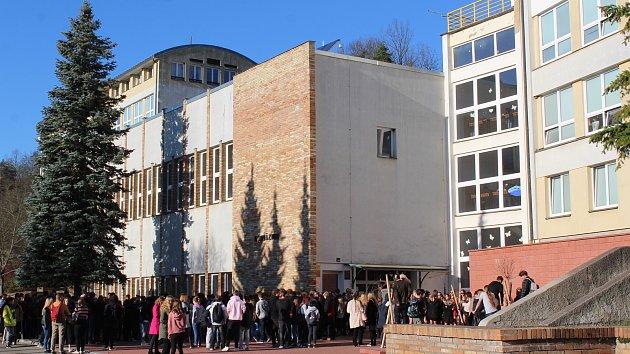 Studenti krumlovského gymnázia vysadili lípu na památku Masaryka