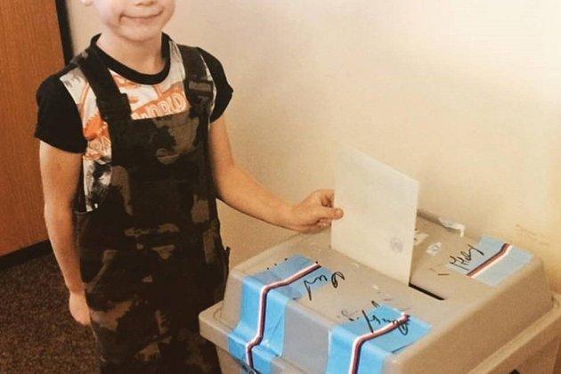 Blíže místně a časově neurčená fotografie dítěte u urny z facebookového profilu sdružení Náš Velešín, kvůli které byly napadeny volby ve Velešíně.