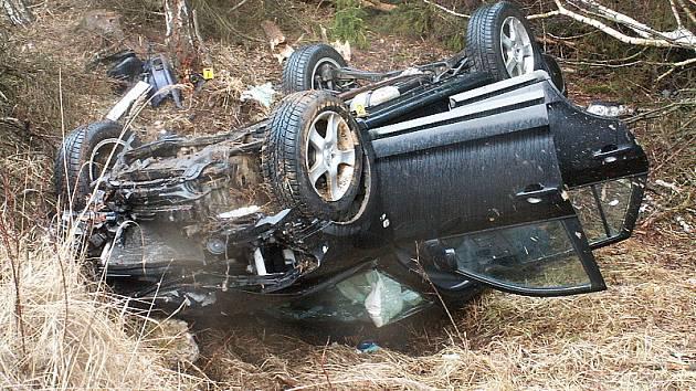 Při čelní srážce dvou osobních automobilů u Nažidel zahynul rakouský řidič.