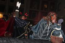 Děti na krumlovském náměstí zažili nevídané. Tanec s pekelníky.