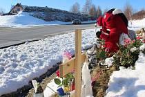 Tři mladé životy si vyžádala listopadová nehoda osobního auta s nákladním vozem a dodávkou u Hořic na Šumavě na hlavním tahu z Českého Krumlova do Černé v Pošumaví.