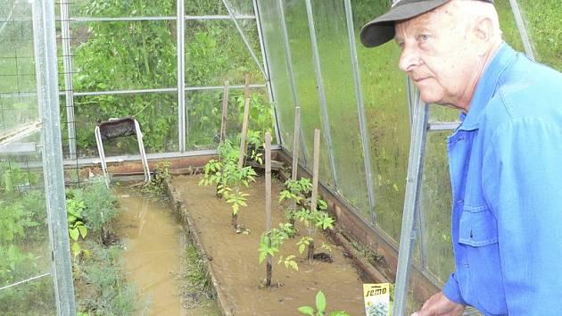 Václav Paulus ukazuje, jak dopadl jeho skleník.
