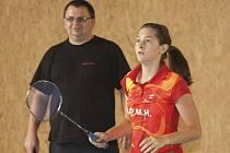 Česká juniorská jednička Lucie Černá (na snímku s trenérem Votavou) si postupem do hlavní soutěže mezinárodního turnaje dospělých připsala další cenný úspěch této sezony.