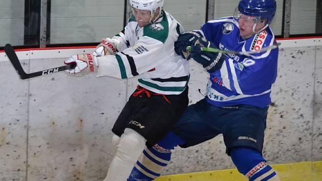 Duel  krumlovských medvědů s Vimperkem byl od začátku až do konce bitvou o každý metr ledu, což dokumentuje i souboj Jana Fučíka a hostujícího Langa (zleva).
