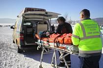 Zraněnou ženu odvezla záchranka do krumlovské nemocnice.