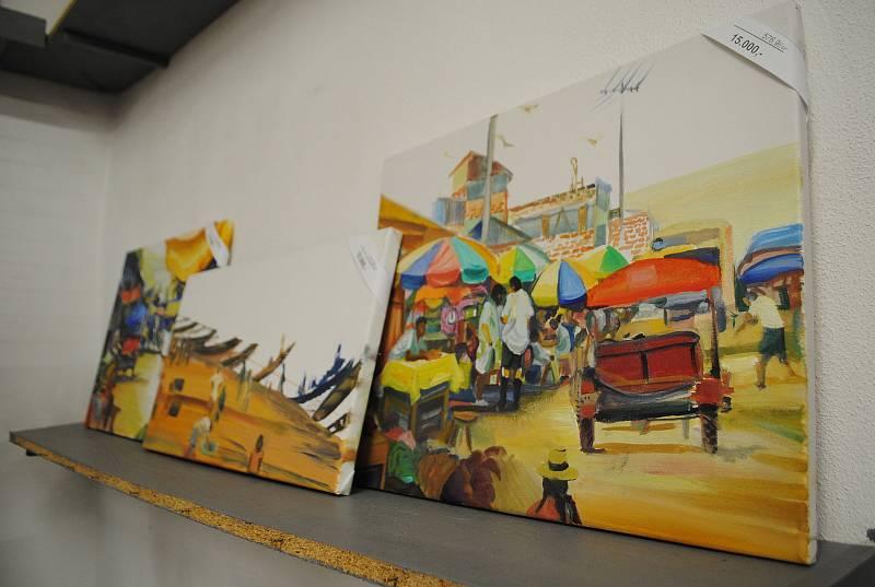 V prodejně Egon Schiele Art Centra. Kromě upomínkových předmětů, plakátů, katalogů atd. jsou ke koupi i originální díla autorů, kteří v galerii vystavovali.