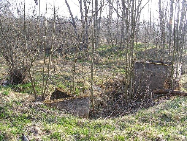 UOtic, bývalé německé osady na Olšinském potoce nedaleko Hodňova vboletickém vojenském újezdu, Vojenské lesy a statky obnovily rybník na potoce orozloze 0,3hektaru.