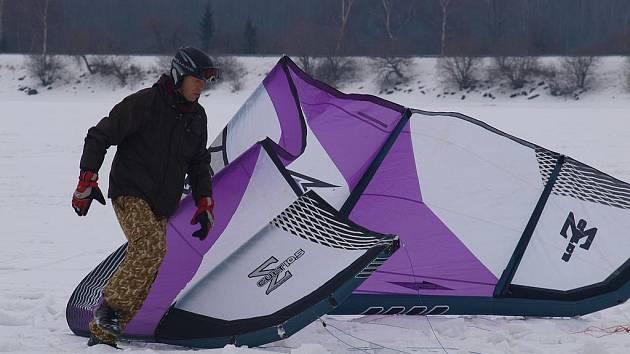 Desítky lyžařů a snowboardistů, které se nechaly táhnout speciálním drakem, tzv. kitem, změřily v sobotu na zamrzlé hladině Lipna své síly v závodě v tzv. snowkitingu. S netradičním sportem se měla možnost zdarma seznámit i veřejnost.