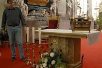 K získání nového oltáře přispěli především lidé, kteří podpořili veřejnou sbírku. Několik tisíc korun si ze svého rozpočtu ukrojila i obec Zlatá Koruna. Na snímku starosta Milan Štindl.