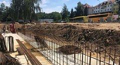Opěrná zeď stojí, během měsíce nad ní vyroste nové kryté nástupiště.