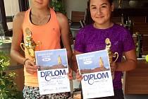 Stříbrný pár Krumlovského poháru ve čtyřhře starších žákyň - budějovická Eliška Hrádková a domácí Barbora Dvořáková (na snímku zleva).