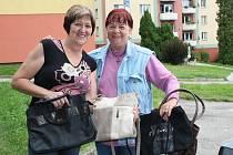 Kolem patnácti kabelek shromáždila od žen v Loučovicích Vlasta Slípková (vpravo) z Loučovic. Předala je Deníku spolu s paní Annou Malkusovou a kopicí knih. Moc děkujeme.