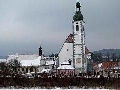 Nepřehlédnutelný areál kájovského kostela Nanebevzetí Panny Marie s kostelíkem Zesnutí Panny Marie, farou a hospicem tvoří zcela ojediněle zachovalý celek.
