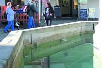 Kašna na náměstí už je zase plná vody.
