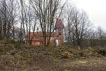 Ruku k dílu přiložili klienti léčebny Červený Dvůr.V Boleticích se pustili do úprav bývalé fary kostela a k ní přilehlého sadu.