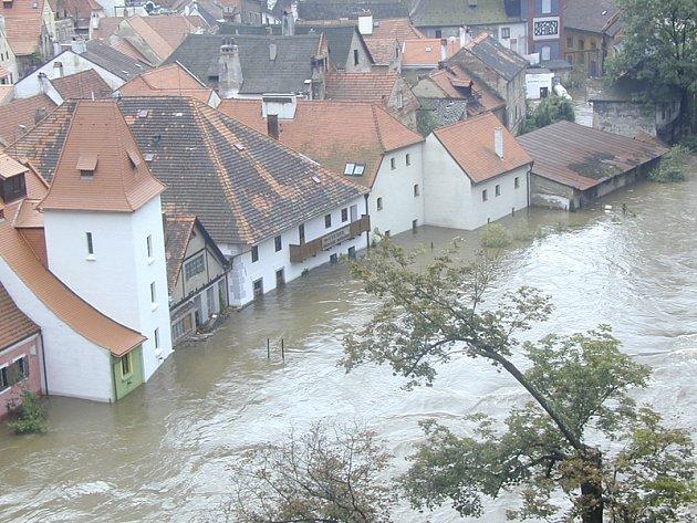 Ničivá povodeň udeřila v regionu nejsilněji právě před deseti lety. Na snímku centrum Č. Krumlova.