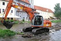 Po bagrování koryta Vltavy se měly na břehy instalovat ještě patky pro ukotvení mobilních hrazení.