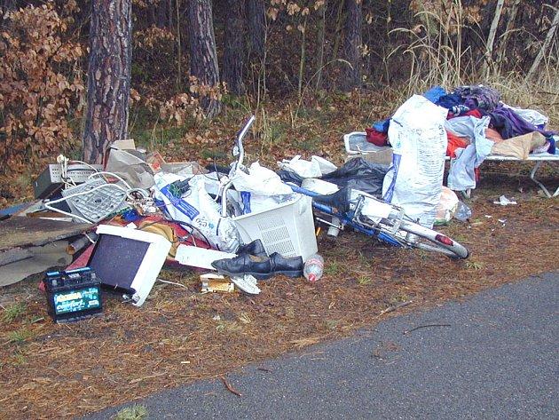 Mezi pohozeným odpadem leží i zvášť nebezpečný.
