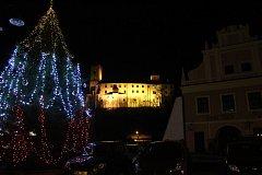 V anketě Deníku o nejhezčí vánočního strom své soupeře jasně převálcoval strom z Rožmberka.