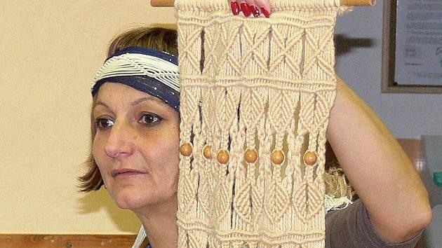 V indiánském oblečení se párkrát do roka objevuje ředitelka holubovské základní školy.