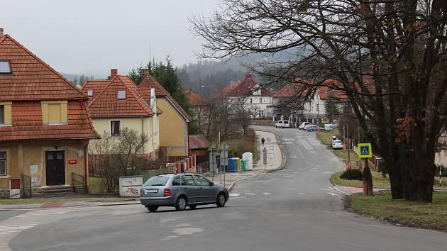 Chodník k vlakovému nádraží v Českém Krumlově.