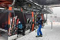 Komfortní kabinková lanovka na Hochfichtu tuto sobotu konečně sveze první lyžaře a snowboardisty.