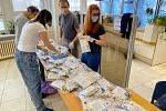 Příprava tisíců balíčků s ochrannými pomůckami na Městském úřadě v Českém Krumlově.