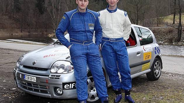 Jednu z trojlístku zbrusu nově sestavených domácích posádek vytvořili větřínský pilot Milan Jirka a krumlovský navigátor Pavel Kacerovský (na snímku zprava). Na tratích jednodenních soutěží je v této sezoně budeme vídat v dvoulitrovém Renaultu Clio Sport.