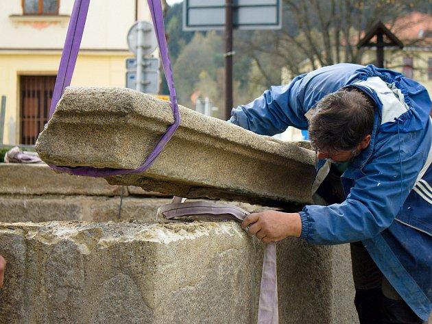 Restaurátoři mají v práci kamennou kašnu na vyšebrodském náměstí.