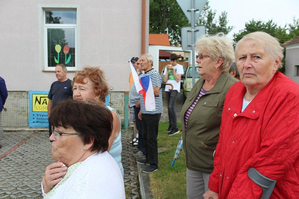 Premiéra přišli pozdravit občané Netřebic.