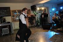 Dojem z argentinského tanga v kaplické kinokavárně umocnil tanec vynikajících tanečníků.