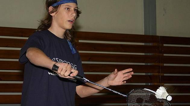 Nejúspěšnějším hráčem krajského turnaje sedmnáctiletých se stal českokrumlovský Ondřej Kotyza (na snímku z domácích kurtů), který vybojoval zlato ve dvouhře i čtyřhře (s oddílovým spoluhráčem Janotou) a přidal ještě bronz ve smíšené čtyřhře.