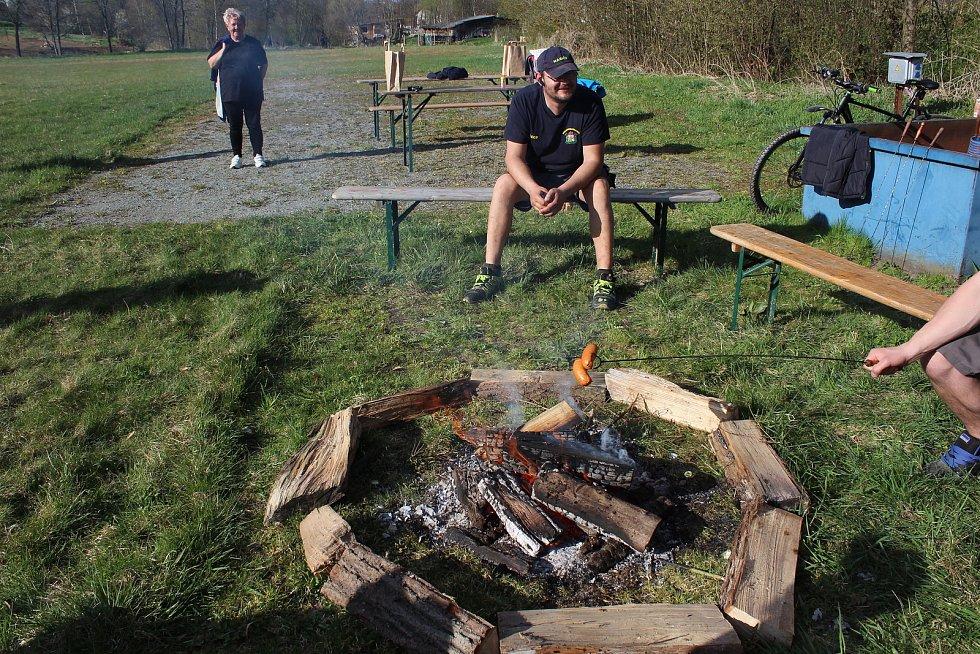 V Benešově nad Černou byl k dispozici oheň na hasičském hřišti, kde byl i cíl čarodějnické stezky.
