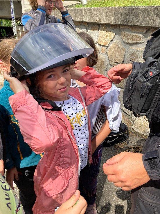 Ukázka práce a vybavení krumlovské policie na městském táboře DDM.