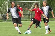 Fotbalisté kaplického béčka (v černobílém) doma v přípravě na novou sezonu prohráli se Zliví vysoko 1:8.