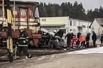 Osobní automobil vjel pod nákladní vlak.
