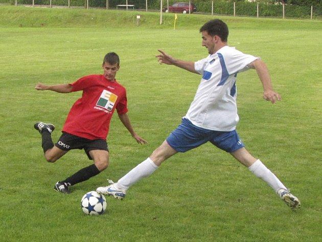 Fotbalisté Kaplice a Nové Vsi, příští soupeři v I. A třídě, poměřili síly na nedávném letním turnaji v Ševětíně, kde se z výhry 2:0 radovali Kapličtí (vpravo autor jedné z branek František Kouba v souboji s Jungwirthem).